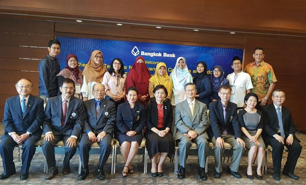 10 Guru Kimia dari Indonesia beserta Presiden Bangkok Bank (ke-4 dari kanan), Prof. Supawan Tantayanon (ke-4 dari kiri), Prof. Prof. Supa Hannongbua (ke-5 dari kanan), dan direksi dari Bangkok Bank