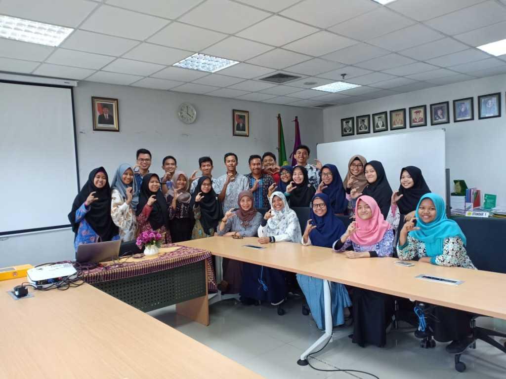 Sesi foto bersama dengan Pembina BEMP Pendidikan Kimia, Koordinator Program Studi Pendidikan Kimia dan BPH BEMP Pendidikan Kimia 2018 dan 2019.